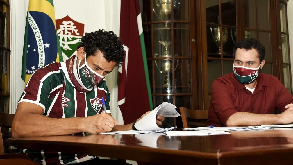 Fred é recepcionado por Mário Bittencourt e assina contrato com o Fluminense — Foto: Mailson Santana / FFC