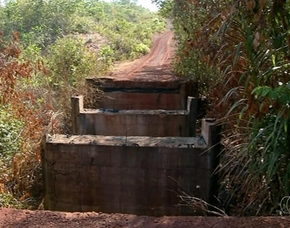 Ponte que dá acesso a assentamento foi incendiada (Foto: Reprodução/TV Anhanguera)