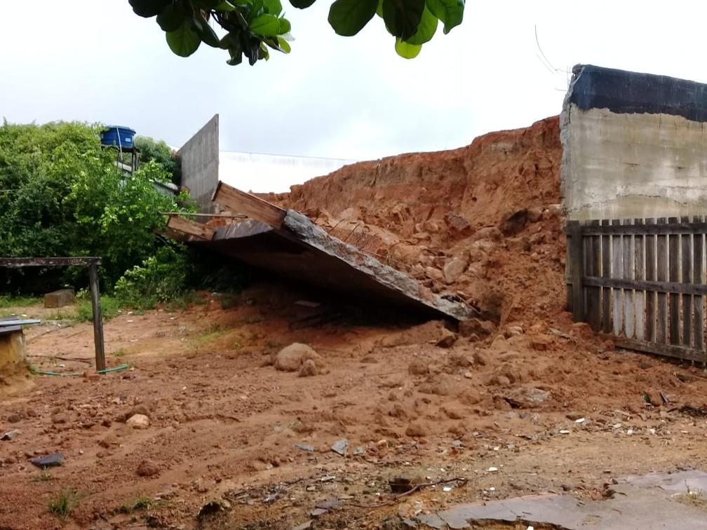Muro cai em Ariquemes após forte temporal — Foto: William Andrade/Rede Amazônica