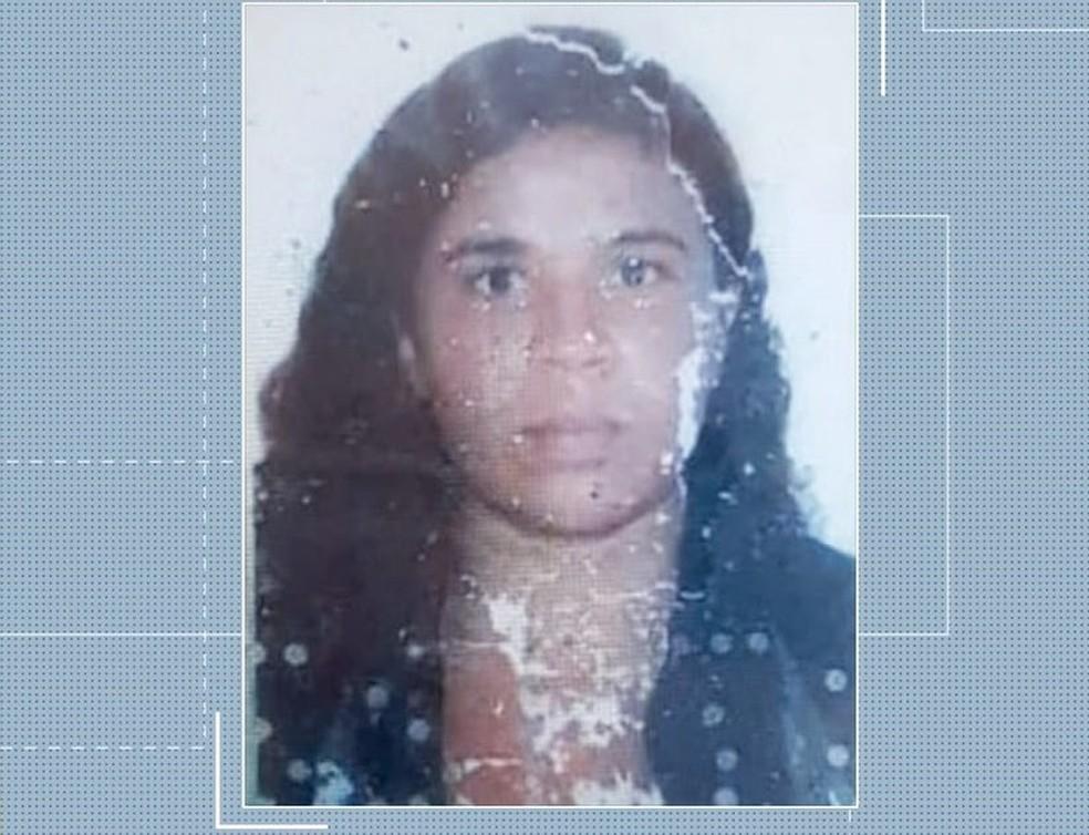 Cozinheira morreu após ter moto atingida por carro em cruzamento — Foto: Reprodução/TV Anhanguera