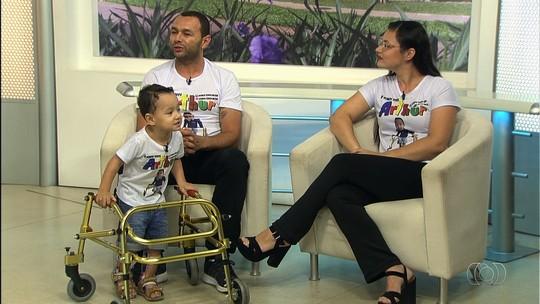 Família faz campanha para conseguir R$ 100 mil para pagar cirurgia nos EUA de criança que não consegue andar