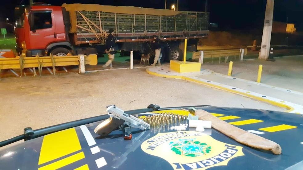 Material ilícito foi encontrado em caminhão, durante fiscalização na BR-232 — Foto: Polícia Rodoviária Federal