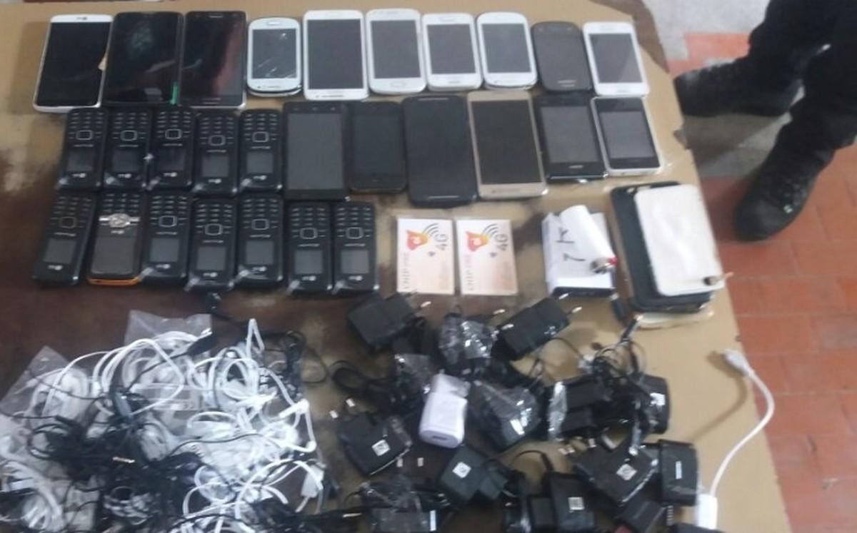 Dupla é detida ao tentar arremessar 27 celulares em presídio de Campina Grande