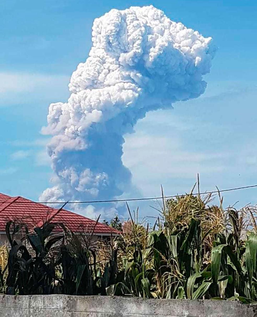 Nuvem de cinzas é vista depois após o vulcão do Monte Soputan, na Indonésia, entrar em erupção nesta quarta-feira (3)  — Foto: Hetty Andih/AP