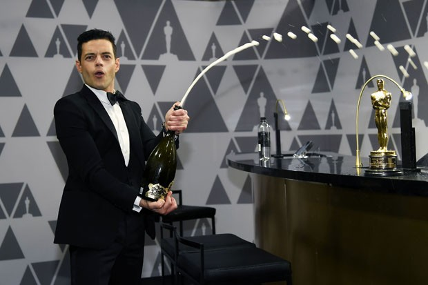 HOLLYWOOD, CALIFORNIA - FEBRUARY 24: Rami Malek sprays champagne during the 91st Annual Academy Awards Governors Ball at Hollywood and Highland on February 24, 2019 in Hollywood, California. (Photo by Kevork Djansezian/Getty Images) (Foto: Getty Images)