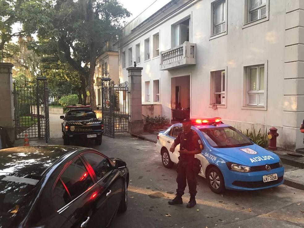 Polícia Federal chegou ao Palácio Laranjeiras no início da manhã desta quinta-feira — Foto: Cristina Boeckel / G1