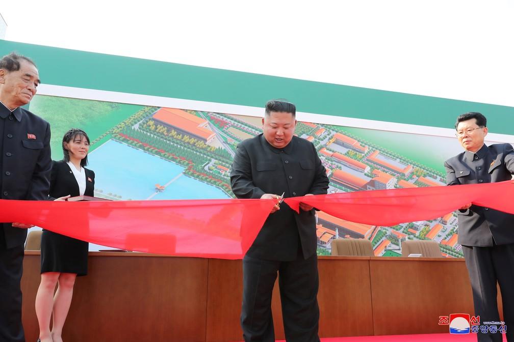 Kim Jong-un inaugura fábrica de fertilizantes em Pyongyang, na Coreia do Norte, neste sábado (2) — Foto: KCNA via Reuters