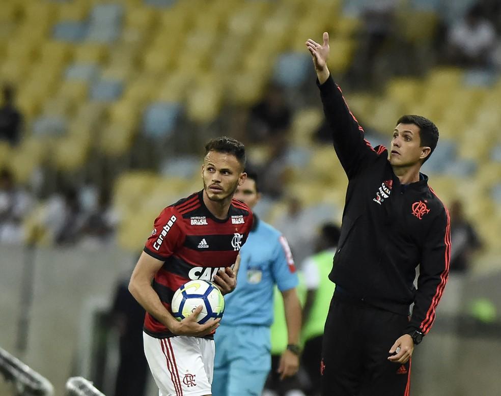 Barbieri orienta o time no Maracanã (Foto: André Durão / GloboEsporte.com)