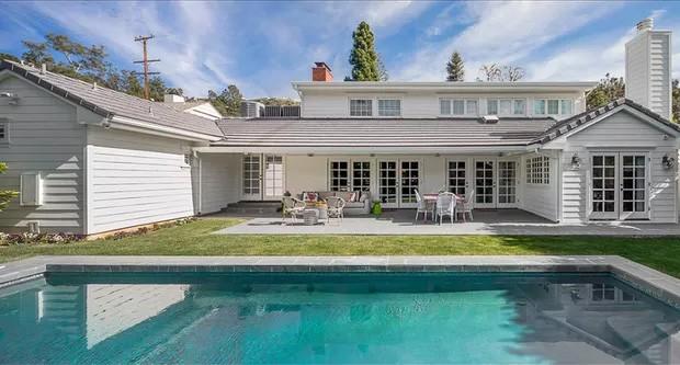Emma Stone vende mansão que já foi de Dudley Moore por R$ 19,5 milhões
