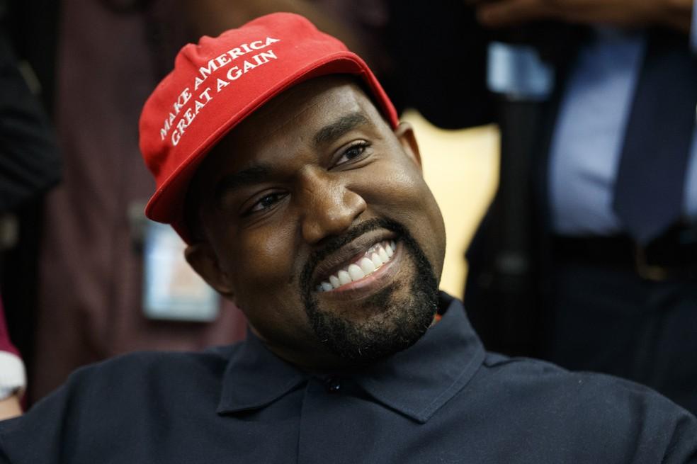 Kanye West usa boné com frase símbolo da campanha de Trump durante encontro com presidente dos EUA no Salão Oval da Casa Branca — Foto: AP Photo/Evan Vucci