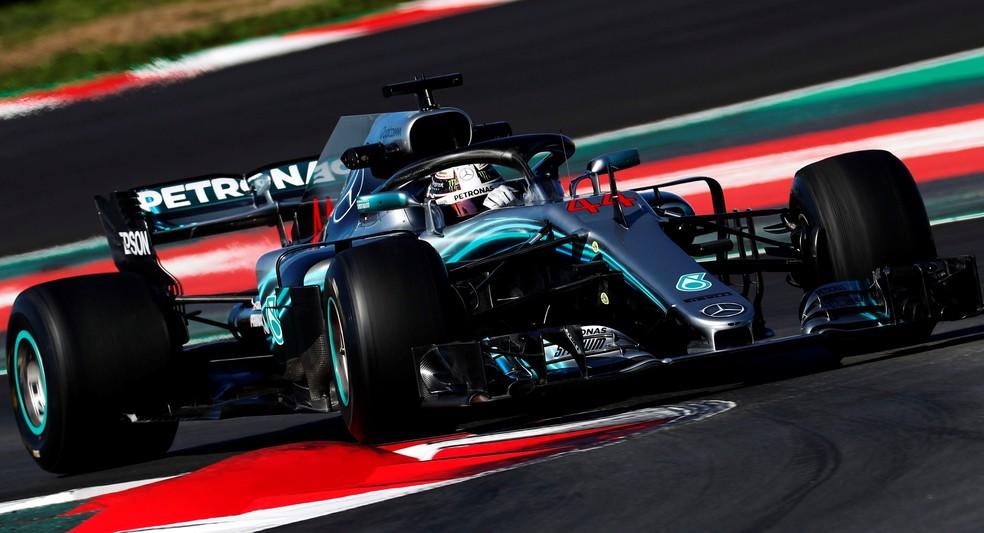 Lewis Hamilton em ação nos testes em Barcelona (Foto: Reuters)