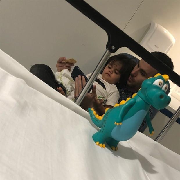 Artur e Mico Freitas no hospital (Foto: Reprodução/Instagram)