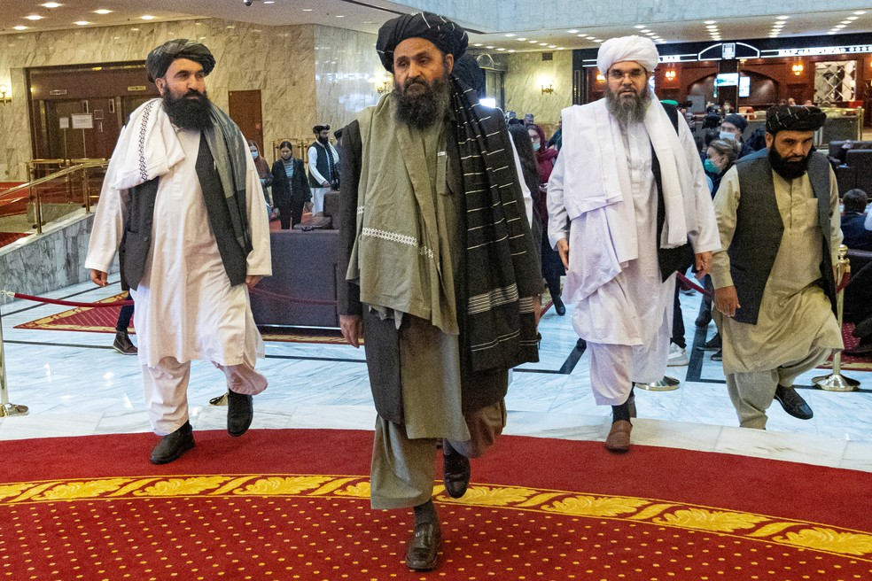 Mullah Abdul Ghani Baradar, cofundador e líder político do Talibã (centro), durante a conferência de paz afegã em Moscou, na Rússia, em 18 de março de 2021 — Foto: Alexander Zemlianichenko/Pool via Reuters