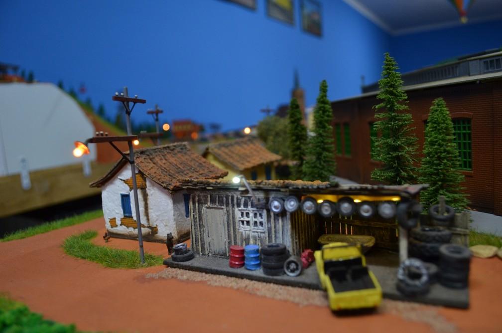 Casas e veículos fazem parte de cenário montado em maquete de 16 metros quadrados em Ribeirão Preto, SP (Foto: Rodolfo Tiengo/G1)