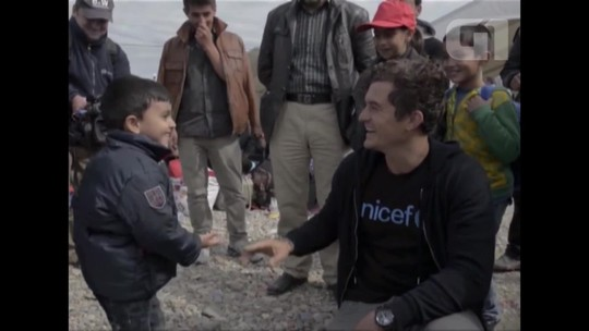 Orlando Bloom visita crianças imigrantes na Macedônia