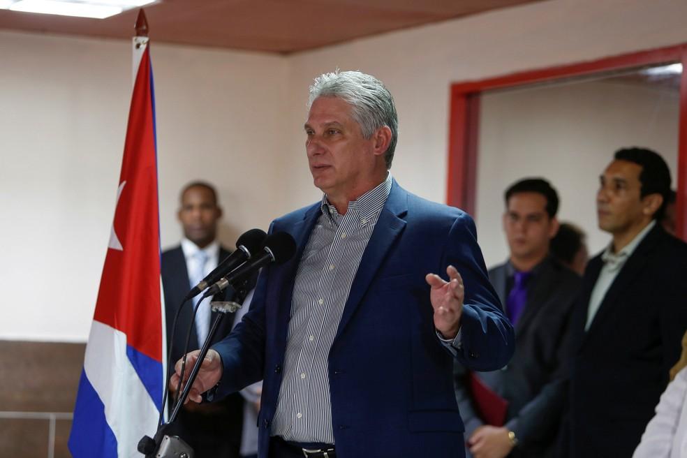 Presidente de Cuba, Miguel Diaz-Canel, fala durante uma cerimônia de boas-vindas aos médicos cubanos recém-chegados do Brasil no Aeroporto Internacional Jose Marti, em Havana, nesta sexta-feira (23) — Foto: Fernando Medina/ Reuters