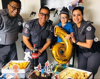Criança autista ganha festa surpresa feita pelos policiais