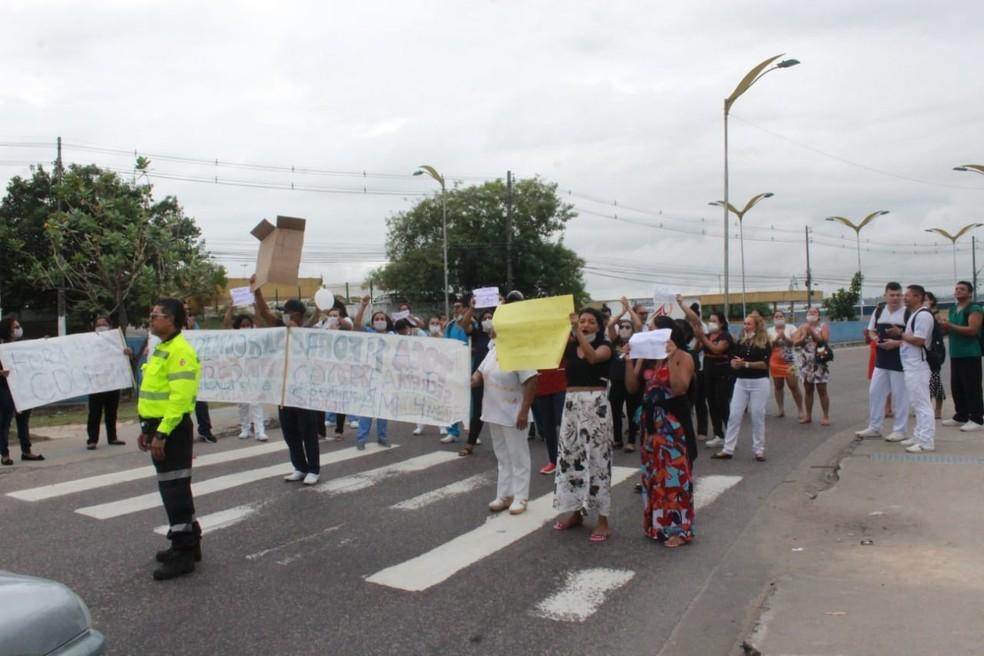 Terceirizados da saúde protestam em frente à maternidade em Manaus para cobrar quatro meses de salários atrasados  — Foto: Eliana Nascimento/G1 AM