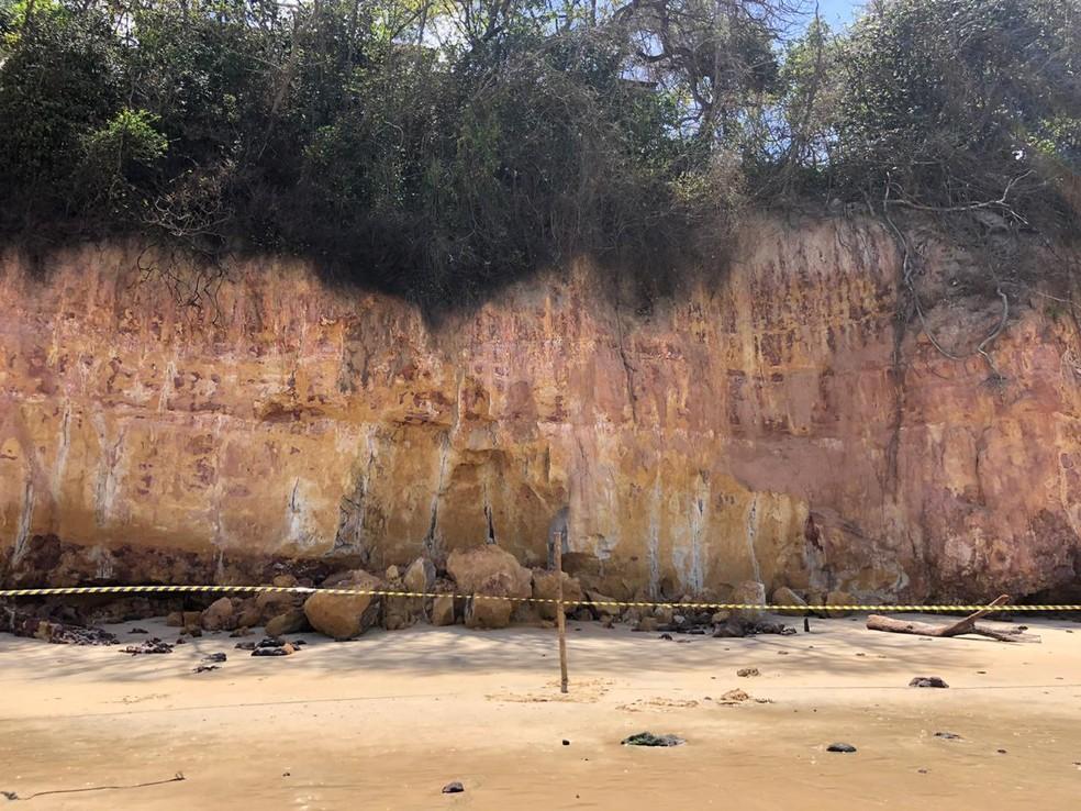 Área de falésia que desabou está isolada em Pipa — Foto: Emmily Virgílio/Inter TV Cabugi