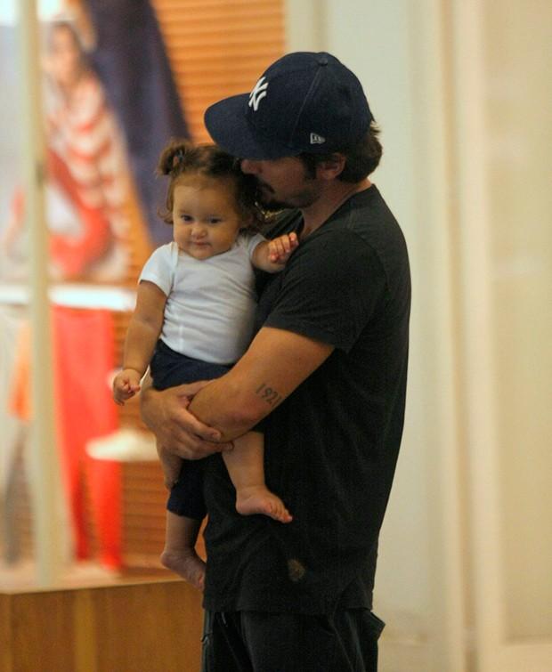 Bruno Gissoni passeia no shopping com a filha Madalena (Foto: AgNews)