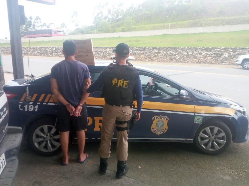 Um homem foi preso ao fugir com carga de caminhão acidentado em Cajati, no Vale do Ribeira. (Foto: Divulgação/ Polícia Rodoviária Federal)