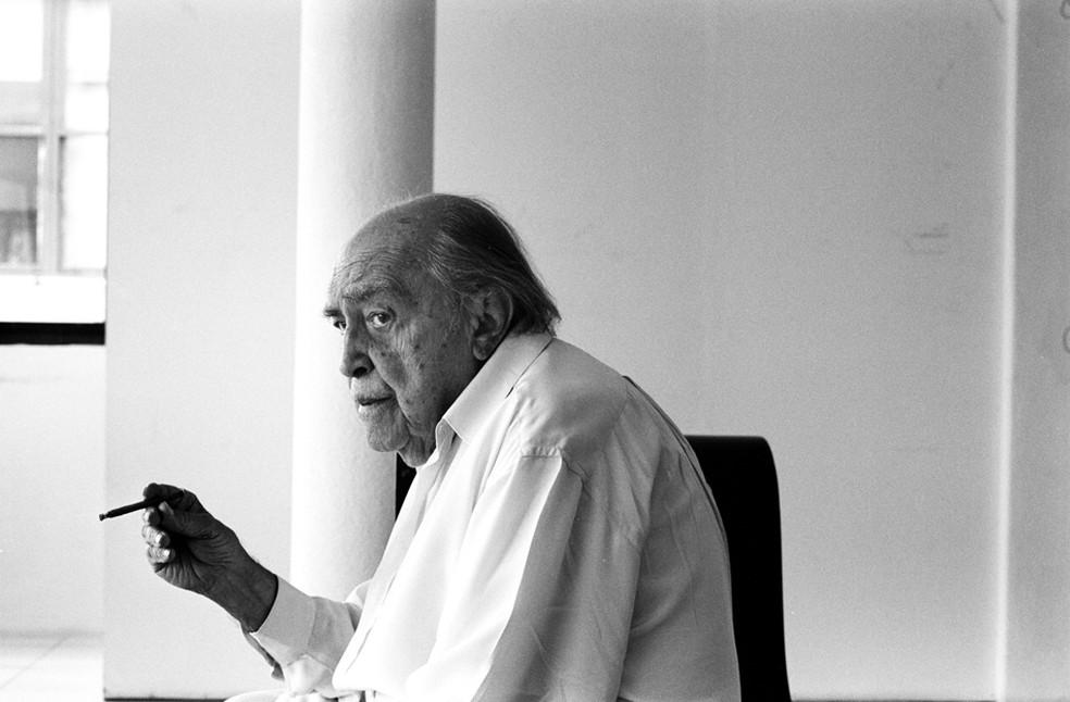 O arquiteto Oscar Niemeyer em seu escritório, no Rio de Janeiro ao completar 97 anos em dezembro de 2004. — Foto: Tuca Viera/Folhapress