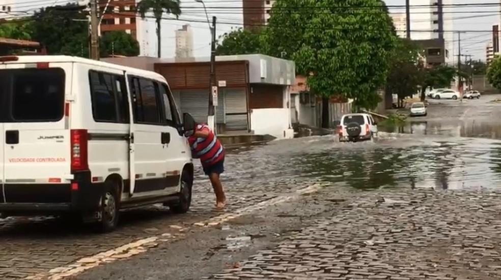 Rua também ficou alagada na esquina da Dr. José Gonçalves com a Dr. Poty Nóbrega — Foto: Inter TV Cabugi/Reprodução