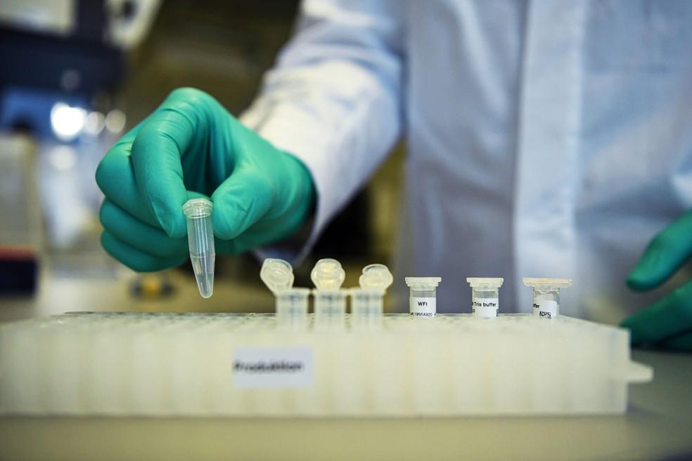 Foto de arquivo mostra funcionário da CureVac manipulando vacina experimental contra Covid-19 em Tuebingen, na Alemanha — Foto: Andreas Gebert/ Reuters