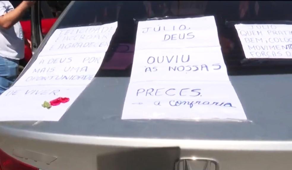 Mensagens pela cura foram coladas no carro que levou médico para casa — Foto: Reprodução/TV Santa Cruz