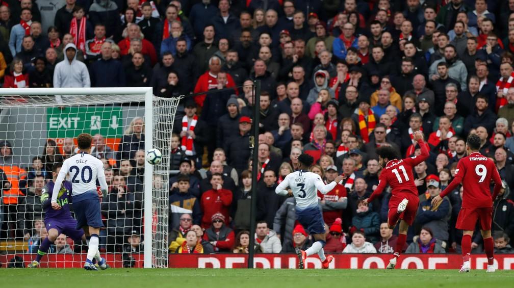 Jogos da Premier League hoje têm fãs perto do campo  e sem grades separando campo e arquibancada — Foto: Reuters