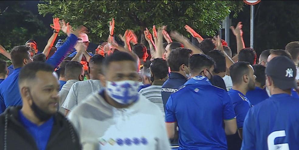 Guarda Municipal aborda mais de mil torcedores por causa de máscara no entorno do Mineirão — Foto: Reprodução/TV Globo