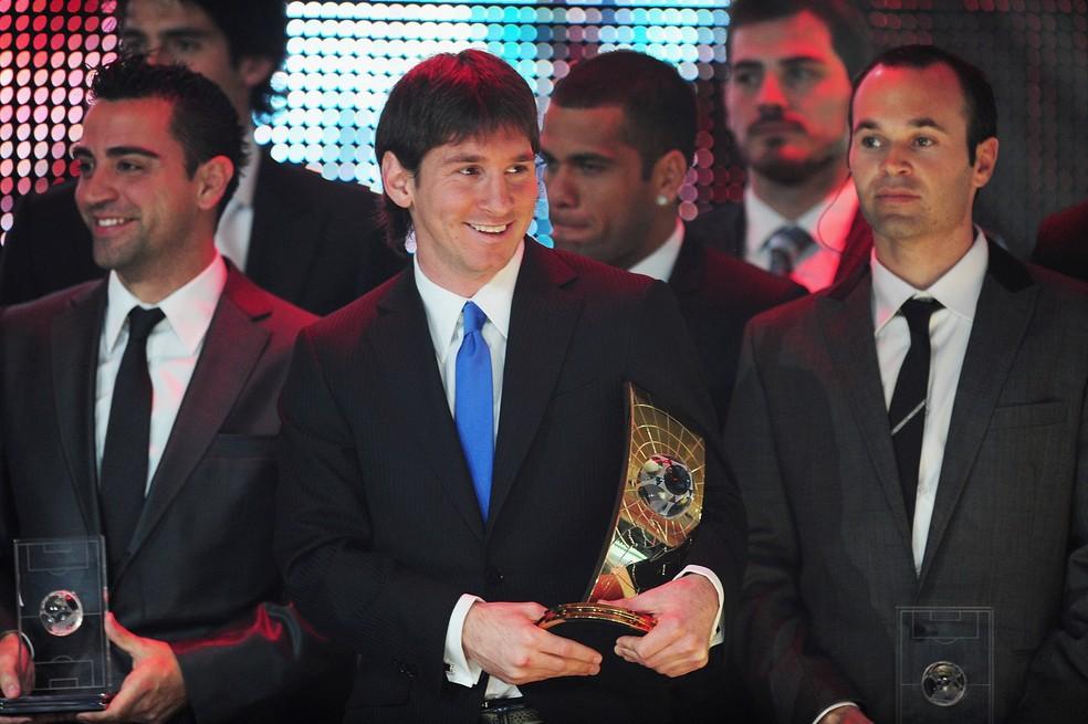 Messi, aos 22 anos, ao lado de Xavi e Iniesta, durante a premiação da Fifa em 2009 — Foto: Mike Hewitt/FIFA/Getty Images