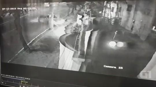 Vídeo mostra momento em que motorista sobe em canteiro e derruba dois postes durante acidente no AC