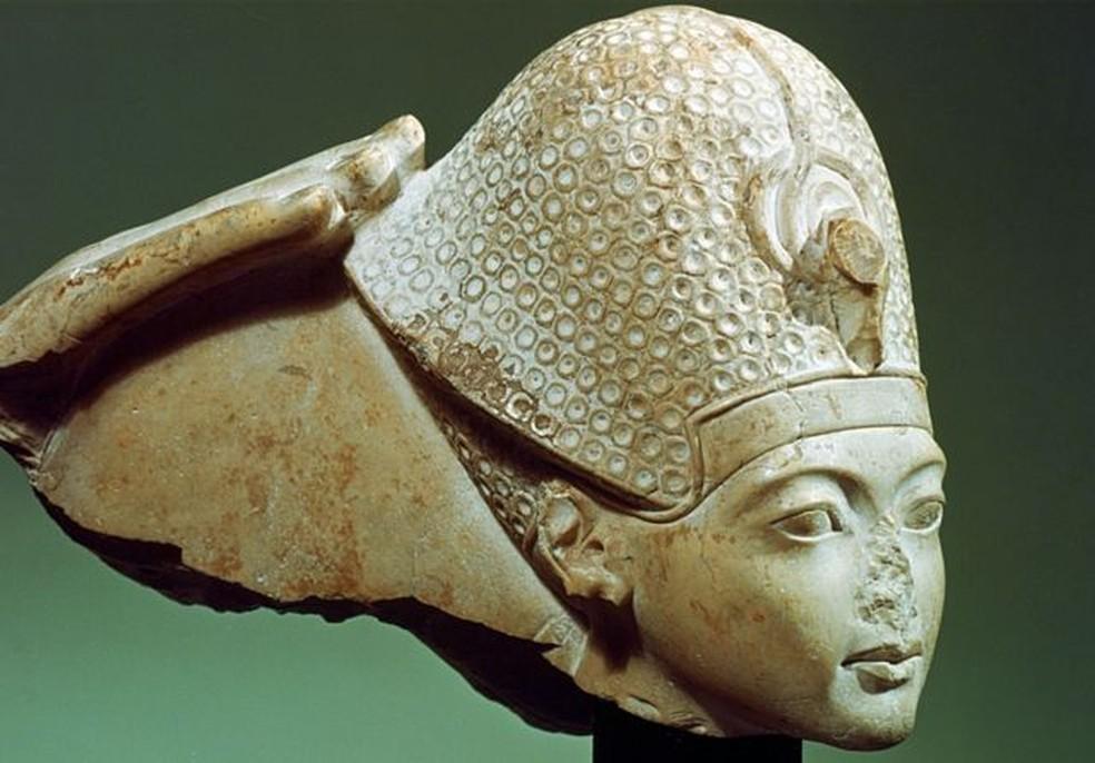 Tutancâmon com a coroa azul (sem nariz), século 14 aC. Tutancâmon reinou entre 1333 e 1323 a.C. e ele era um faraó da 18ª Dinastia do Antigo Egito — Foto: Getty Images/Via BBC