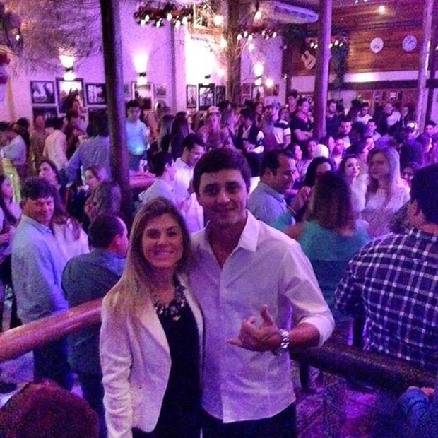 Fael Cordeiro com a noiva, Cibele, em sua boate, Colt Pub (Foto: Reprodução/Instagram)
