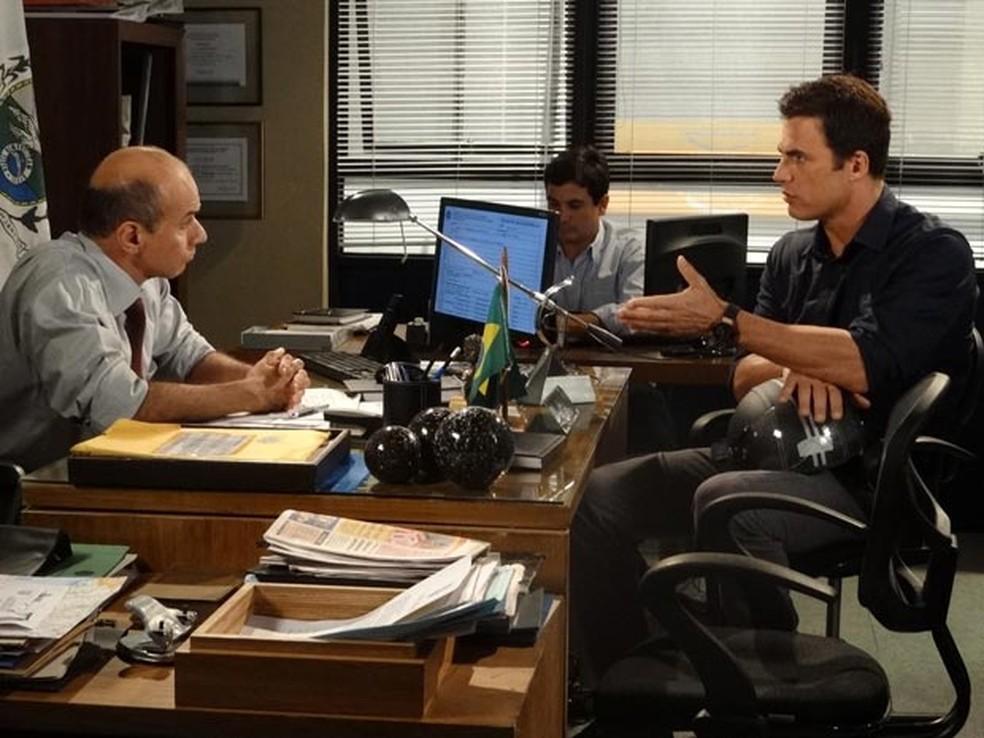 Juan (Carlos Casagrande) retira queixa contra Antenor (Caio Castro) em 'Fina Estampa' — Foto: Globo