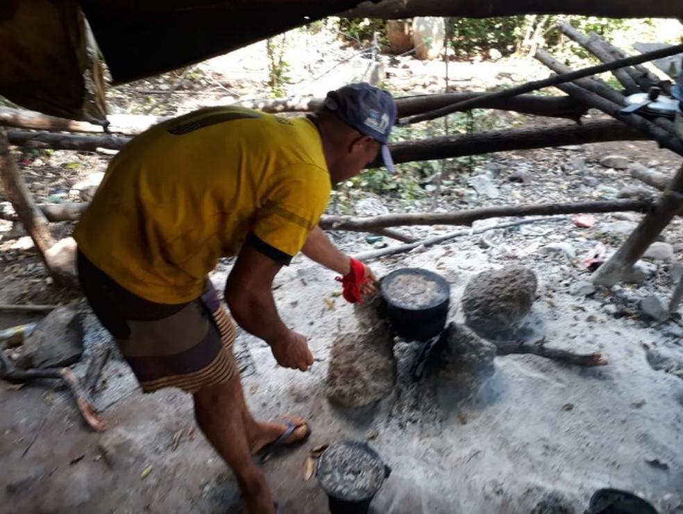 Trabalhadores de pedreira cozinhavam em fogareiros improvisados, na zona rural de Santa Cruz do Piauí — Foto: Divulgação/ Ministério do Trabalho