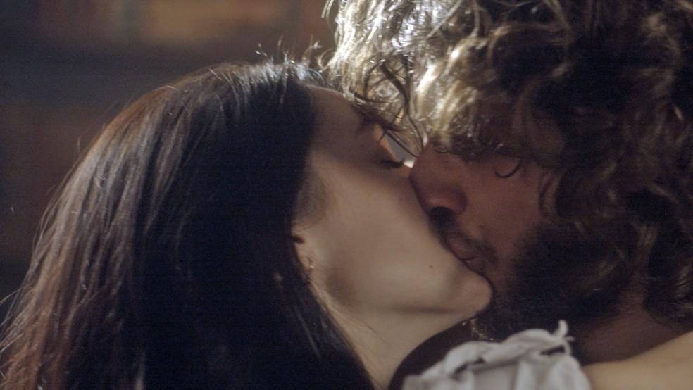 Anna (Isabelle Drummond) e Joaquim (Chay Suede) reatam quando ela descobre todas as maldades de Thomas (Gabriel Braga Nunes), em 'Novo Mundo' — Foto: TV Globo
