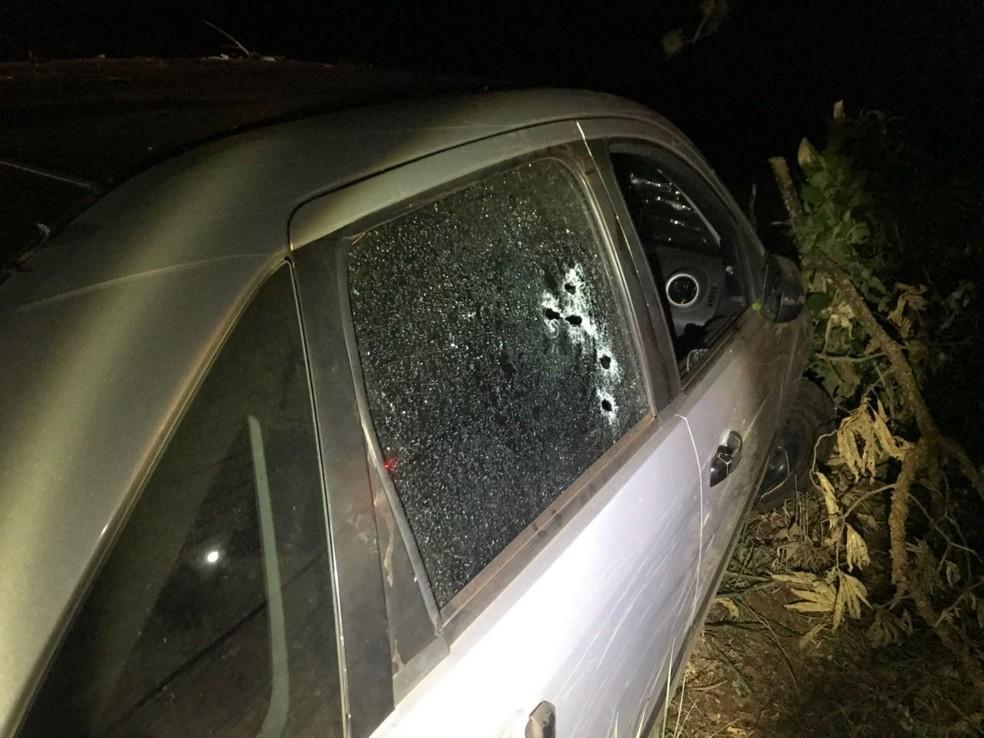 Carro descaracterizado onde estavam os policiais foi atingido por vários tiros (Foto: Polícia Civil/Divulgação)