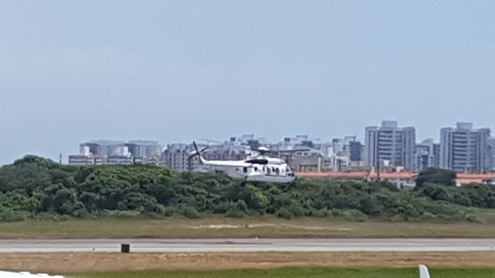 Presidente Jair Bolsonaro embarca em helicóptero em Sergipe para Piranhas, Alagoas — Foto: Michelle Almeida/TV Sergipe