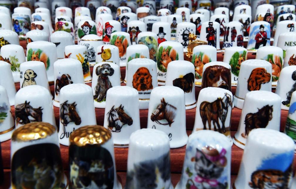 Dedais temáticos de animais em exposição na Hungria (Foto: Zoltan Mathe/MTI via AP)