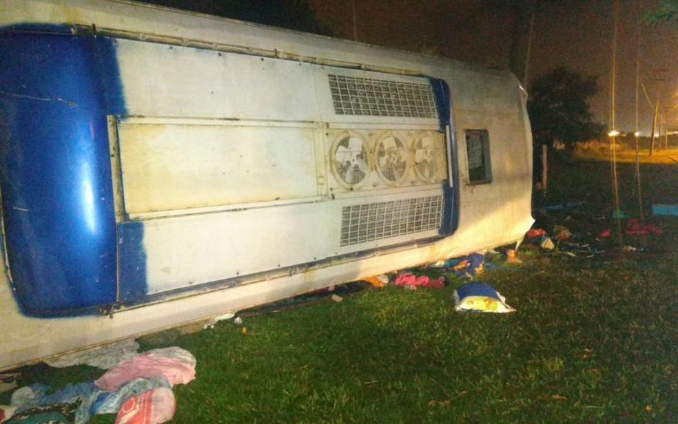 Ônibus tombou às margens da BR-153, em Goiânia — Foto: Divulgação/Polícia Civil