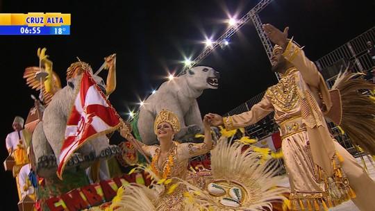 Apesar de atraso, desfiles de carnaval reúnem milhares em Porto Alegre