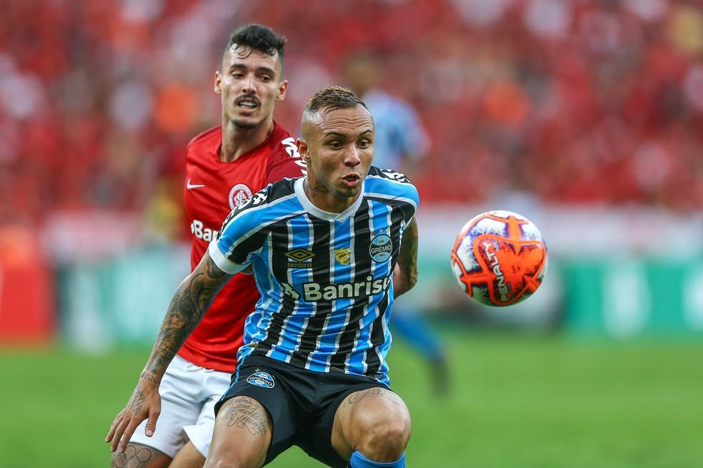 Everton e Zeca travaram duelos no Gre-Nal — Foto: Lucas Uebel/Grêmio