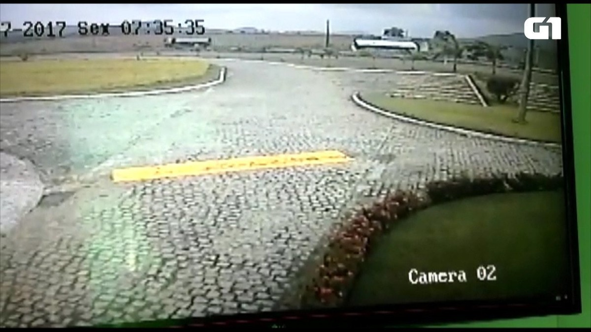 Vídeo mostra acidente de ônibus com crianças na BR-230 em Gurinhém, PB