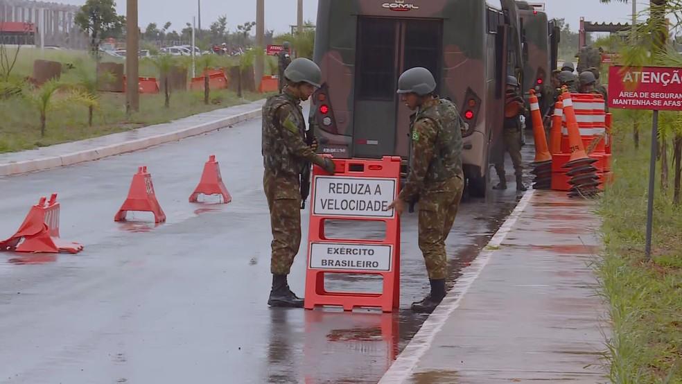 Militares do Exército chegam à área externa da Penitenciária Federal de Brasília — Foto: TV Globo/Reprodução