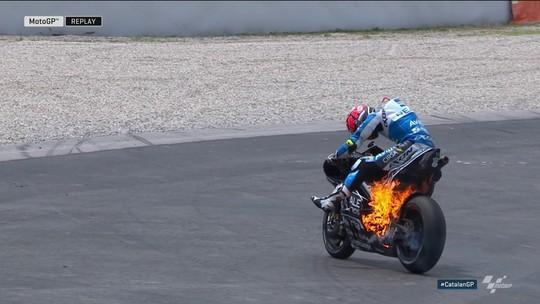 """Moto de Tito Rabat pega fogo """"do nada"""" e socorro tem que usar extintor para a pagar"""