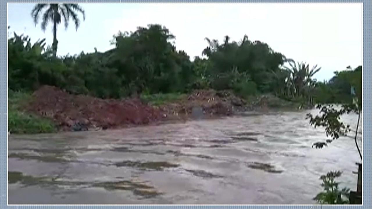 Chuva alaga ruas em Itaquaquecetuba