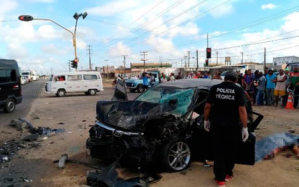 Carro ficou destruído após acidente em Feira de Santana (Foto: Ed Santos/ Acorda Cidade)