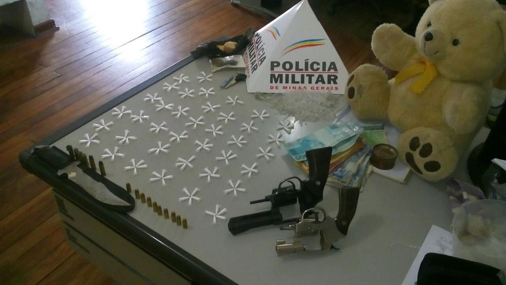 Parte da droga estava dentro de urso de pelúcia encontrado com adolescentes apreendidos (Foto: Polícia Militar)